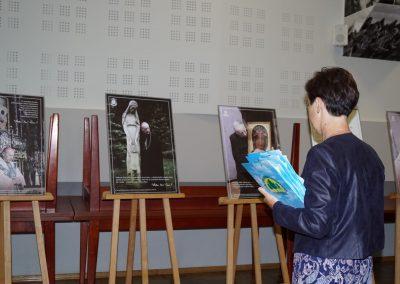 Zdjęcie przedstawia nauczycielkę odwiedzającą wystawę oPrymasie Wyszyńskim wSadkach